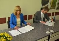 Haridus- ja teadusminister Jevgeni Ossinovski ning Rapla vallavanem Ilvi Pere leppe allkirjastamisel. Foto: Armar Paidla (Rapla Teataja)