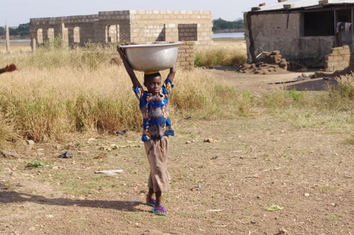 Vesi tuleb kaevu juurest kanda kodu või koolini.