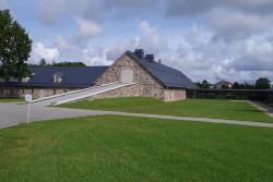 Maakividest mõisaaegse kesta sisse on paigutatud moodsad õppe- ja kontoriruumid, raamatukogu ja toidutuba.