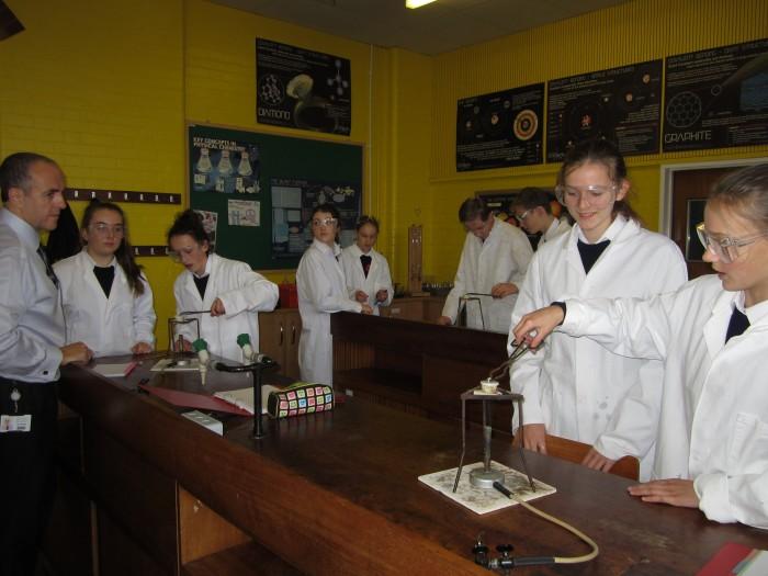 Väikesed õpperühmad, hea varustatus ning laborandi abi võimaldavad keemiaõpingutes rakendada rohkem praktilisi töid: õpilased magneesiumi ja hapniku ühinemisreaktsiooni uurimas. Fotod: Martin Saar
