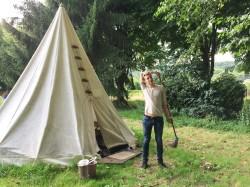 Laagriplats koosnes ühest peamajast, telkidest ja magamisehitistest – indiaanitelkidest, hüttidest või sõjaväetelkidest.