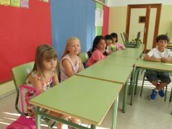 Esimene koolipäev. Elli (vasakult teine) kõrval istub bulgaarlanna Anna. Fotod: erakogu