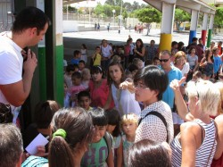 Kooli lõppedes kogunevad lapsed värava juurde ja ükshaaval lubatakse nad välja, kui lapsevanem on tuvastatud.