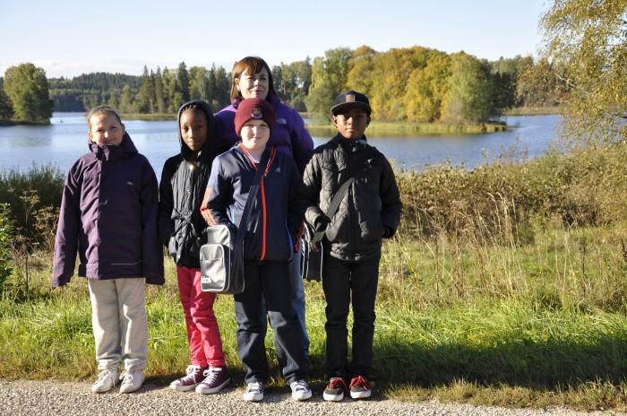 Teel bussijaamast kooli juurde peatuti pildistamiseks sügisvärvides Pangodi järve ääres.