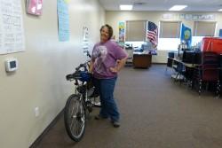 Julynn Hall, kes õpetas aastaid oma kolme last kodus, on nüüd alternatiivses tšarterkoolis õpetaja. 2013. a suvevaheaja esimesel päeval oma klassis, taustaks USA ja Idaho osariigi lipud.