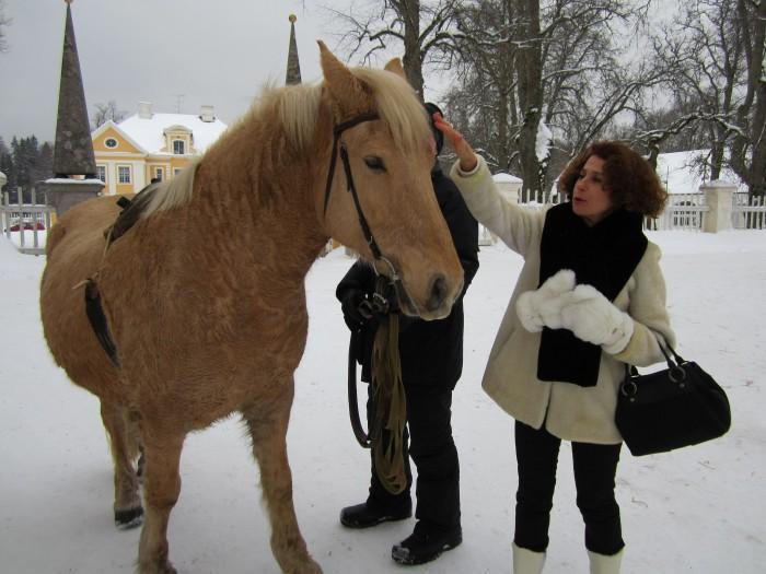 Portugali õpetaja Aida Diamantino tänab hobust toreda saanisõidu eest.