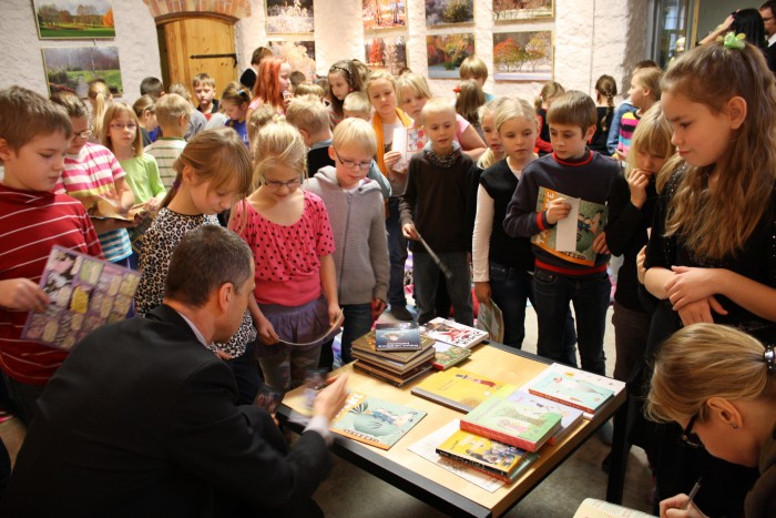 Ilmar Tomusk lastekirjanike tuuril autogramme jagamas.