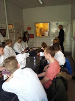 Tootmiskooli kokkade õppegrupp alustab tööpäeva.