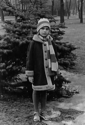 """Kadriorg on mulle senimaani kallis paik. Need suured pargipuud, pingid, purskkaevud, mere lõhn ja armsad vanad puumajad lennutavad mind hoobilt tagasi lapsepõlve,"""" ütleb Kristiina Kass. Kadriorus tehtud fotol on tulevane lastekirjanik umbes 8–9-aastane."""