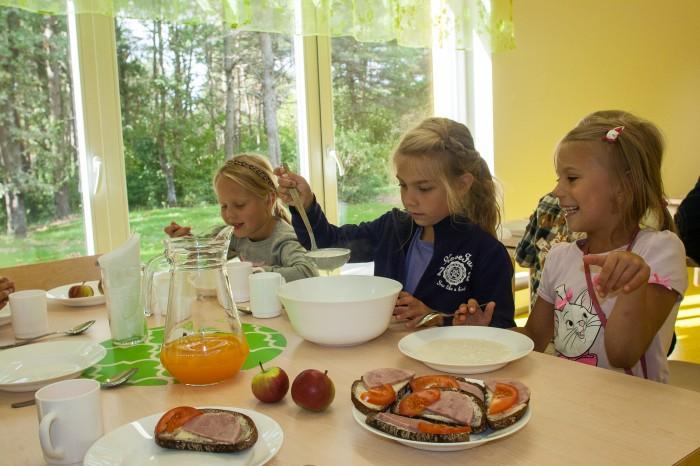 """""""Tatar, leib, õunamahl, tatar, pelmeenid, piimasupp, tatar!"""" hüüavad Vääna-Jõesuu Kooli esimese klassi poisid-tüdrukud oma lemmiksööke ja söövad isukalt Leida tehtud piimasuppi."""