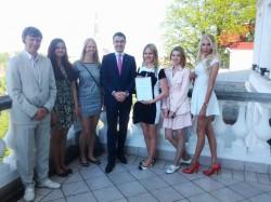 Vasakult: Loo keskkooli õpilasfirma Kerze juhendaja Gunnar Richter ning liikmed Grete-Sylvia Soots, Anna Kaisa Martin, Karmen Timberg, Kristel Soorand ja Marett Mardim.