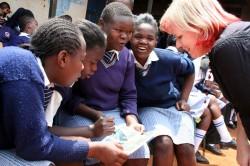 Pille Kibera slummi tüdrukutekoolis tundi andmas