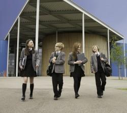 Kuue aastaga põhjast tippu tõusnud Folkestone'i akadeemia üks põhimõtteid on: meie meeskonna liikmed on korrektselt riietatud professionaalid ning ootame õpilastelt samade standardite täitmist. Me ei tee koolivormi küsimuses kompromisse.