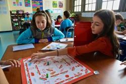 Quest2Learn kooli õpilased mängimas mõõtesüsteeme õpetavat mängu. Foto: kooli koduleht http://q2l.org