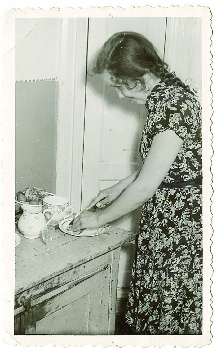 Kokandushuviline Reet oma 13. sünnipäeval köögis toimetamas.
