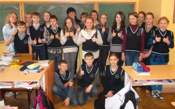 Riia eesti põhikooli 6. klass. Tagumises   reas keskel õpetaja Katri Krall. Fotod: erakogu