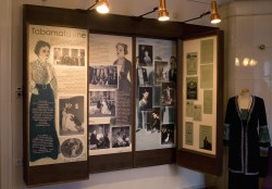 Kui Andres Särevi kortermuuseumis (pildil) tutvustatakse Eduard Vildet ja   tema loomingut läbi teatri, siis Vilde muuseumis vaadeldakse teatrit läbi Vilde. Foto: Eesti teatri- ja muusikamuuseum