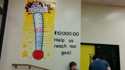 Seinal olev termomeeter näitas, kui palju raha oli neljapäeva keskpäevaks kokku saadud.