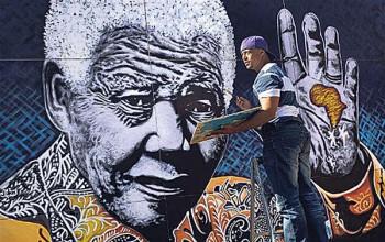Allikas: El artista sudafricano, John Adams, rinde su tributo a Mandela. // Foto: Animal político (2013). http://www.animalpolitico.com/2013/07/feliz-cumpleanos-mandela-en-fotos/