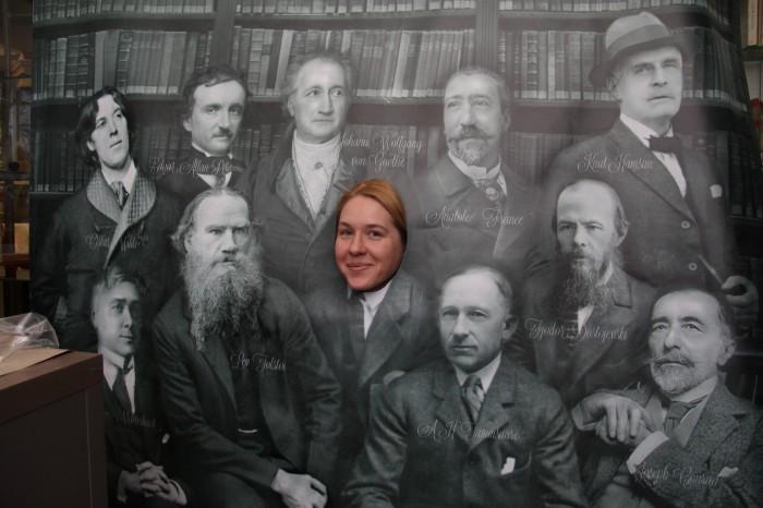 Maailmakirjanike pannoo taustal saab iga külastaja endast koos kuulsate kirjanikega pilti teha. Fotol keskel Tallinnas asuva A. H. Tammsaare muuseumi juhataja Maarja Vaino.