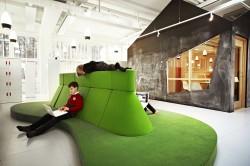 Istumissaared Rootsi Vittra Telefonplani koolis on disainitud spetsiaalselt sülearvutiga töötamiseks.