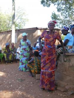 Kongo küla naised: kaunid tualetid ja uhke rüht.
