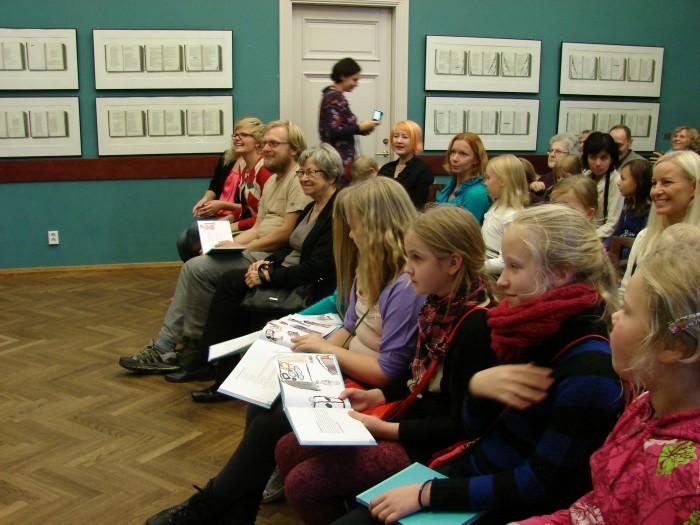 Just selline mõnus õhkkond valitses möödunud nädalal raamatu esitlusel keskraamatukogus, kuhu olid tulnud peale laste ka kirjanikud Aino Pervik ja Contra.