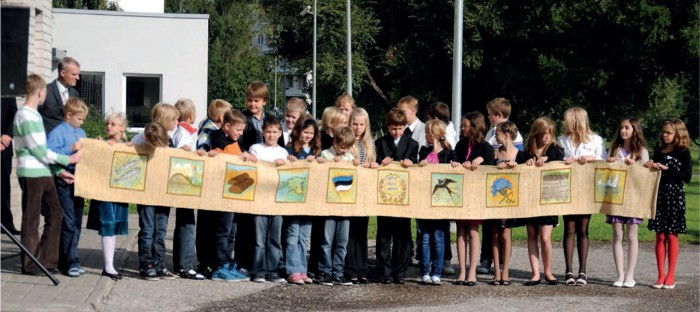 """Vallavalitsuse kingitus koolile: Kohila kooli vilistlase Ehalill Halliste gobeläänfriis """"Eesti kuld""""."""