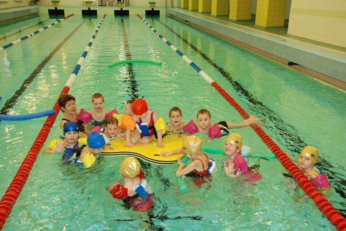 Ujumistunni lõpus jääb aega ka mängimiseks. Laste lemmik on suur ujumisparv, mida nad kutsuvad juustuks, sest see on kollane ja aukudega. Foto: Tamsalu spordikompleks