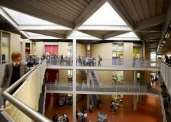 Kool sai muutuda tänu Roger De Haanile, ärimehest filantroobile, kes on pühendunud Folkestone'i ülesehitamisele. Kooli viib edasi põhimõte: ärge leppige kellegi puhul muu kui tema parima tulemusega.