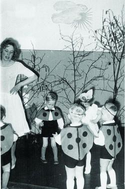 Maimu Roolaht esimesel tööaastal Habaja sovhoosi lastepäevakodus. Lepatriinukostüümid on tema õmmeldud.