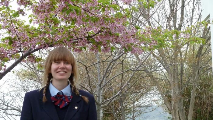 Katrin Priinits ja õitsevad ploomid – esimene puu, mis Jaapanis õide puhkeb. Fotod: erakogu