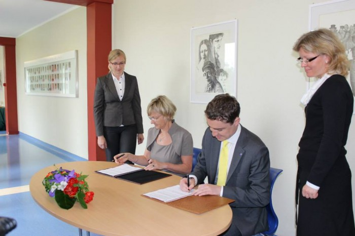 Täna allkirjastasid sotsiaalminister Taavi Rõivas ja Tallinna Lastehaigla juhatuse esimees Katrin Luts laste vaimse tervise keskuse rajamise lepingu. Fotod: sotsiaalministeerium