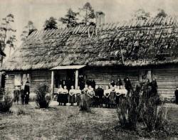 Kohila vallakoolis, mis valmis Urgemäel 1871. aasta sügisel, õpiti pildil olevatest kooliraamatutest.